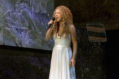 Shakira et Angélique Kidjo célèbrent l'adoption du programme de développement durable en chanson [La pop star américaine et Ambassadrice de bonne volonté du Fonds des Nations Unies pour l'enfance (UNICEF), Shakira, lors de la cérémonie d'ouverture du Sommet des Nations Unies sur le développement durable. Photo : ONU/Mark Garten]
