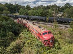 Go home train, you're drunk. Abandoned Train, Abandoned Houses, Abandoned Places, Bus Station, Train Station, Railroad Pictures, Bonde, Train Art, Rail Car