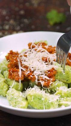 Papa and Arugula Gnocchi - With a unique Dried Tomato Pesto Sauce - Vegetarian Recipes Videos, Gourmet Recipes, Vegan Recipes, Dinner Recipes, Gnocchi, Sauce Pesto, Sweet Potato Noodles, Food Videos, Easy Meals