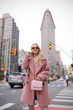 Pink Teddy Coat, Pink Fur Coat, Monochrome Outfit, Monochrome Fashion, Winter Dress Outfits, Casual Dress Outfits, Stylish Coat, Looks Chic, Winter Trends