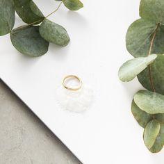 Este anillo esta creado con hilo de plata, toda la pieza tiene biselados, un acabado mate. Fino y perfecto para combinarlo en dos colores, plata y oro si te atreves con las mezclas