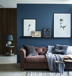 quelle peinture choisir pour la déco salon, couleur mur salon bleu marine, déco intéressante, canapé marron