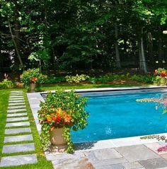 allée de jardin près de la piscine en dalles sur la pelouse