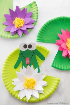 Frog on a Lily Pad Craft This easy handprint frog craft is the perfect kids craft for Spring or Summer! Get the free water lily template and make your own lily pads! Frog Crafts Preschool, Pond Crafts, Clay Crafts, Kindergarten Crafts Summer, Animal Crafts For Kids, Toddler Crafts, Art For Kids, Frog Theme, Spring Animals