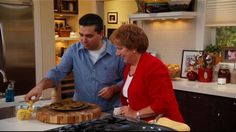 Aunt Nina can shuck mussels with the best of them! She stops by to show Buddy how to make one of her favorite dishes. Seafood Recipes, Pasta Recipes, Cooking Recipes, Ants In House, Buddy Valastro, Falafel Recipe, Cake Boss, Mussels, Appetisers