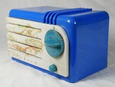 1938 Art Deco Detrola Super Pee Wee Blue Plaskon Bakelite w Beetle Grille Radio Art Deco Decor, Old Time Radio, Cool Clocks, Retro Radios, Transistor Radio, Record Players, Fancy Cars, Phonograph, Tv On The Radio
