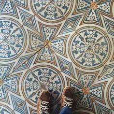 Prachtige realisatie van Huis van Haaz! Outdoor Tiles, Textiles, Terrazzo, Tile Floor, Flooring, Bathroom, Rugs, Ceramics Tile, Crafts