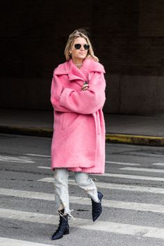 Street style à la Fashion Week automne-hiver 2017-2018 de New York manteau rose
