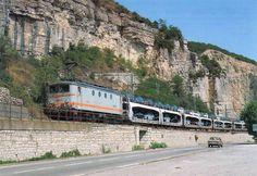 Uma elétrico classe BB8200 é visto transportando um trem de automóveis Fiat entre La-Voulte-sur-Rhone e Le Pouzin ao longo da margem oeste do Rhone; nenhuma data, mas provavelmente na década de 1990, que era o auge do d