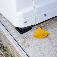 Poser la PAC sur ses tampons autocollants. Tube Pvc, Le Tube, Pac Piscine, Local Technique, Tampons, Washing Machine, Sink, Home Appliances, Heat Pump System