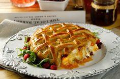 Si te gustan los quesos y el hojaldre al mismo tiempo, esta botana de suave queso Brie horneado, relleno de mermelada de naranja con un toque picosito de chile ancho, chile morita y chile guajillo, mezclada con arándanos es espectacular. Ideal para una cena en donde quieras impresionar a tus invitados.