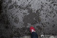 #achtung  . . . . #glatteis #eis #ice #cold #linz #igerslinz #igersaustria #austria #winter #upperaustria #igersaustria #graz #wien #wels #steyr #enns #glatt #fromwhereistand #citylife #mood #view #newbalance #morningrun #running #fitness #lowcarb
