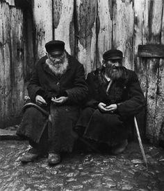 Roman Vishniac / The boycott changed peddlers into beggars / Warsaw, 1937