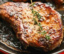 Delicious caramelized pork chops in a sau .- A pork chop is very easy to miss, but with this recipe you will make delicious every time! Very easy and delicious - Pork Chop Dinner, Glazed Pork Chops, Best Dinner Recipes, Meat Lovers, Vegetable Dishes, Main Meals, Cooking Recipes, Cooking Time, Food And Drink