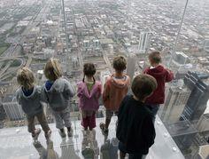 """Panico alla Willis Tower di Chicago. Al """"The Ledge"""", belvedere sospeso situato al 103esimo piano, il rivestimento trasparente del pavimento di cristallo si è improvvisamente crepato sotto i piedi di una famiglia di turisti. Si tratta di un punto d'osservazione sulla metropoli che d&"""