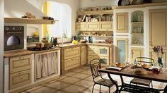 Italienische Landhausküche mit Kaminofen, Marmor-Arbeitsplatte und Holzfronten