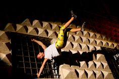 """Street Boulder: è una gara di arrampicata sportiva a carattere competitivo il cui luogo di svolgimento è la città, i muri, le colonne, i lampioni e tutto ciò che è arrampicabile. La disciplina sportiva dello street boulder è nata in modo """"clandestino"""", ma con etica e riguardo, nel 2003 da un'idea di Max Sacchi."""