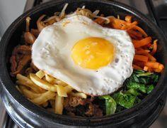 Finalmente a receita de uma das comidas mais famosas da Coreia: o bibimpap (비빔밥) e o dolsot Bibimpap (돌솥 비빔밥). A tradução literal para o...