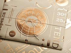 Ziemlich schick. Glänzende Bronzefolie auf Packpapier. Stark unterschiedliche Materialien im Design zu kombinieren gibt immer wieder spannende und überraschende Gestaltungen.