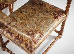 Karmstolar i barockstil med klädsel i gyllenläder