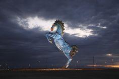 Недалеко от аэропорта Денвера находится статуя коня.  Блюцифер - не настоящее название статуи; это всего лишь одно из немногих «нежных» прозвищ, которые дали ему жители города. Среди них — «Синий жеребец смерти» и «Конь сатаны». Оригинальное название статуи — «Синий мустанг», но достаточно посмотреть на статую, чтобы понять, откуда взялись ее прозвища. В теории это вставшая на дыбы фыркающая анатомически правильная лошадь. Но, глядя в ее горящие красные глаза, понимаешь, что это конь сатаны.