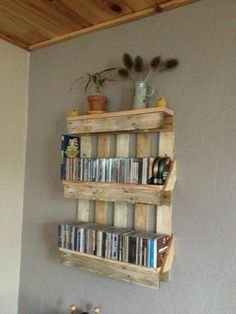 Wooden Pallet Furniture pallet-bookshelf - If you are looking for DIY Bookshelf Pallet Ideas you are in the right place. Find these easy and clever how to make bookshelves storage for your home. Wooden Pallet Furniture, Recycled Furniture, Wood Pallets, Diy Furniture, Rustic Furniture, Furniture Storage, Pallet Couch, Furniture Movers, Wooden Crates
