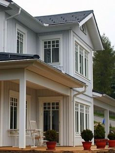 Schwedenhaus AG - Gallery with great Sweden houses- Sweden House, Nordic Living, American Houses, New England Style, Exterior Paint Colors, Scandinavian Home, House In The Woods, Renting A House, Old Houses