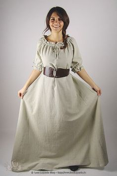 Perfekt für wärmere Tage und bezaubern schön ist diese Mittelalter-Kurzarmkleidchen mit bodenlangem Rock und gerafften Ärmeln und Ausschnitt. Der üppige Unterteil des Kleides ist weit ausgestellt und garantiert der Trägerin Beinfreiheit zu Fuß oder gar hoch zu Ross. Der dunkle Naturfarbton verleiht dem Kleid einen besonders authentischen Look. Die grobe Baumwolle bietet sich auch perfekt dazu an, das Kostüm künstlich zu altern, oder es mit anderen farbigen Elementen zu kombinieren. Als…