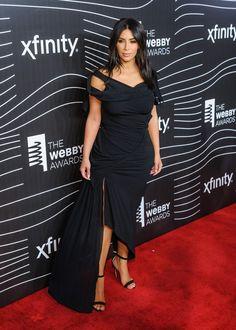 Kim Kardashian  Με το φόρεμα που ταιριάζει περισσότερο στη σιλουέτα της -  JoyTV Robert Kardashian a7bb3da0b8b