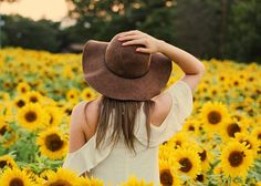 9 Vintage Summer Hats To Top Off Your Outfit Rock Shirts, Photo Adolescent, Sunflower Fields, Sunflower Patch, Shooting Photo, New Fashion Trends, Photos Of Women, Summer Hats, Single Women
