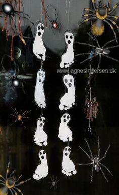 Spøgelser fra min bog Året Rundt Med Hænder Og Fødder http://agnesingersen.dk/blog/fodspoegelser Easy kids crafts ghost footprint - Kinderbastelideen Geist - halloween