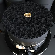 Surprise your beloved ♥ with for your luxury box . Surprise your beloved ♥ with for your luxury box with dark roses Flower Box Gift, Flower Boxes, My Flower, Golden Flower, Million Roses, Rosen Box, Or Noir, Accessoires Iphone, Luxury Flowers