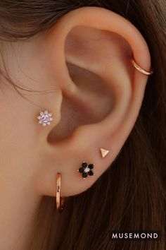Cute flower ear piercing for cartilage, earlobe, tragus, helix and conch piercings! Shop at musemond.com Tragus Piercing Earrings, Unique Ear Piercings, Pretty Ear Piercings, Ear Piercings Cartilage, Ear Earrings, Cute Earrings, Teen Jewelry, Cute Jewelry, Jewellery