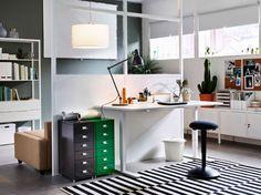 高さを調節できるホワイトのデスクを置いたホームオフィス。ブラックのスタンディングサポート スツールとグレーとグリーンの引き出しユニットを合わせて。