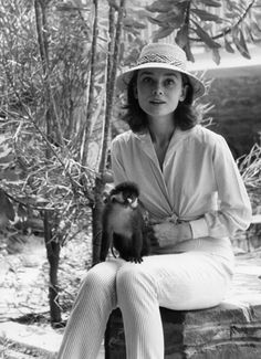 Audrey Hepburn during the filming of 'The Nun's Story', in the Belgian Congo. The little monkey appears in the film as her only companion during her convalescence. Audrey Hepburn Makeup, Audrey Hepburn Mode, Audrey Hepburn Photos, Audrey Hepburn Fashion, Golden Age Of Hollywood, Vintage Hollywood, Classic Hollywood, The Nun's Story, Belgian Congo