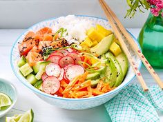 Poké Bowls sind gerade in aller Munde! Wem das hawaiianische Nationalgericht mi… Poké bowls are currently on everyone's lips! Whom the Hawaiian national dish with In the shop is too expensive, the colorful bowl of fine just yourself. Easy Smoothie Recipes, Good Healthy Recipes, Detox Recipes, Healthy Snacks, Poke Bowl, Ensalada Cobb, Avocado Dessert, National Dish, Popular Recipes