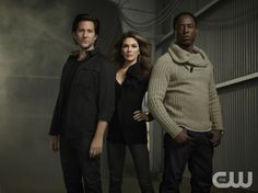 The 100 -- Image: HU01_JM_ 3shot2_0973 -- Pictured (L-R): Henry Ian Cusick as Kane Paige Turco as Abby, and Isaiah Washington as Chancellor Jaha -- Photo: Joe Magnani /The CW -- © 2014 The CW Network. All Rights Reserved.