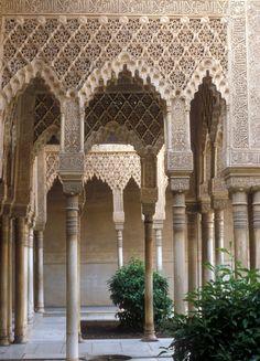 """Aquí se muestra el baldaquino del Patio de los Leones. """"La columnata y galería que encierran los cuatro lados del patio se extienden en lados opuestos formando dos baldaquinos sobre pequeñas fuentes que consisten en una taza con un sencillo surtidor en el medio. El baldaquino es rectangular y repite la decoración de los arcos de la galería. Cada lado tiene tres arcos, el central es de tamaño doble de los laterales. Todos descansan sobre esbeltas columnas."""""""