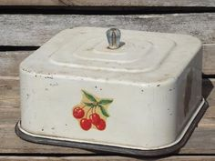 vintage metal breadbox for cake, plate and keeper cover dome Vintage Canisters, Vintage Enamelware, Vintage Kitchenware, Vintage Tins, Vintage Dishes, Vintage Metal, Vintage Decor, Vintage Bread Boxes, Vintage Cake Plates