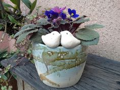 Lindo vaso em cerâmica artesanal.  Pode ser usado na parede (com furos para fixação) ou sobre os móveis.  Possui furo para drenagem. Como cachepô ou plantio direto. R$ 75,00