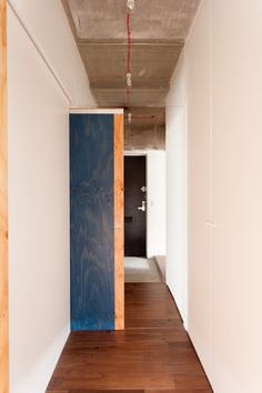寝室側から見た玄関。用途によって自由に仕切ることができるよう引き戸を設置しました。#K様邸練馬高野台 #玄関 #廊下 #コンクリート打ちっぱなし #インテリア #EcoDeco #エコデコ #リノベーション #renovation #東京 #福岡 #福岡リノベーション #福岡設計事務所 Building Materials, House Rooms, Divider, Furniture, Home Decor, Bicolor Cat, Construction Materials, Decoration Home, Room Decor