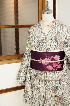 竹久夢二の描く抒情画の世界を写しとったような、梅の花枝模様がしみじみと美しい単着物です。