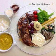 """Dr. Yumi Nishiyama's  """"The Original Diet Plate"""" for beauty & health from japanese doctor‼️    2015.5.6「ドクターにしやま由美式ダイエットプレート」:女性医師が栄養バランスを考えた、美味しいプレートのご紹介。                                                大きめのプレートに、血糖値を急激に上げないように考えた食材を並べ、12時の位置から順番に食べるとても分かり易い方法です。                                                血糖値を上げないこの食べ方は、身体に優しく栄養補給ができるので健康を維持できます。オリジナルの⭐️西山酵素⭐️も最後に飲みます。                                                ⭐️美女のスイッチ⭐️⭐️時計周りに食べなさい⭐️の西山由美医師の本もAmazonで購入可。"""