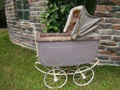wir bieten einen alten Brennabor Puppenwagen im Fundzustand zum Kauf an. Der Puppenwagen stand abgedeckt auf einem Dachboden, ist aber trotzdem angestaubt. Das Verdeck ist beschädigt