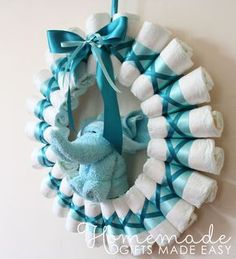 diaper wreath instructions rolled diapers for chic style Homemade Baby Shower Gifts 800 X 882 pixels Bricolage Baby Shower, Regalo Baby Shower, Deco Baby Shower, Fiesta Baby Shower, Baby Shower Diapers, Baby Shower Themes, Baby Shower Ideas Gifts, Baby Shower Diaper Cakes, Baby Shower Favors Boy