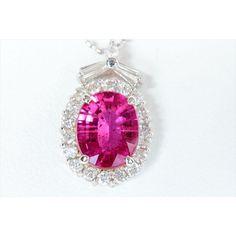 ルベライトネックレス K18WG 重量:2.3g ルベライト:1.55ct ダイヤモンド:0.40ct ダイヤモンド:0.40ct トップ:H17mm×W11mm 厚さ:6mm ネックレス全長:40cm ¥138,000 【商品説明】 情熱的な輝きに燃えるような、そして甘さも感じられるルベライトはデコルテで エレガントな彩と存在感を放ちます。 ルベライトを上質ダイヤモンドで取り巻き、ネックレスに仕立て上げました。 ルベライトの燃えるような彩と輝きをより際立たせる上質ダイヤモンドから放たれる煌きはルベライトにこれ以上ない美しさを添えています。 ゴージャスなシーンにも嫌味なく高級感を漂わせてくれます。 K18WGチェーンがルベライトと調和して気品溢れる上品さを感じます。 程よいボリューム感と華美になり過ぎない輝きはデイリーにもまた、 ゴージャスなシーンにも嫌味なく高級感を漂わせてくれる逸品です。 貴女の様々なシーンでご活躍させてください。