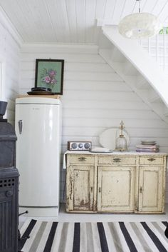 Art basement home-deco-crafts-ideas-for-the-home Grey Kitchens, Home Kitchens, Petits Cottages, Space Under Stairs, Old Kitchen, Country Kitchen, Vintage Kitchen, Vintage Fridge, Kitchen Grey