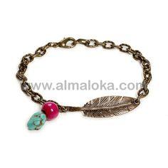 PULSERA FUR TURQUESA  Pulsera de cadena en color oro viejo, con colgante de pluma, cuenta de madera fucsia y piedra turquesa natural. Puedes combinarlo con el collar Fur Turquesa. http://www.almaloka.com/producto/pulsera-fur-turquesa/
