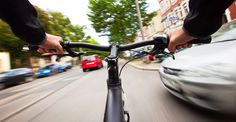 Tot mai multe persoane folosesc bicicleta ca un mijloc de transport convenabil (si ieftin), pentru a se deplasa.