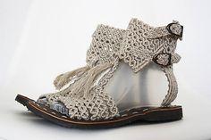 Este Schaftsandaletten hermoso, hecho a mano en el estilo romano son muy cómodo y ultra ligero y una gran parte de su aspecto de verano. Se ajustan particularmente bien a la falda corta, el vestido de verano o a nuestras túnicas del exacto misma material hilado: lino natural. También a los Shoes Flats Sandals, Cute Sandals, Strappy Sandals, Gladiator Sandals, Crochet Sandals, Crochet Shoes, Bling Flip Flops, Roman Sandals, Roman Fashion